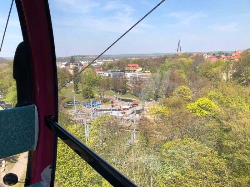 Blick aus Gondel der Kabinenbahn Thale auf Spaßinsel