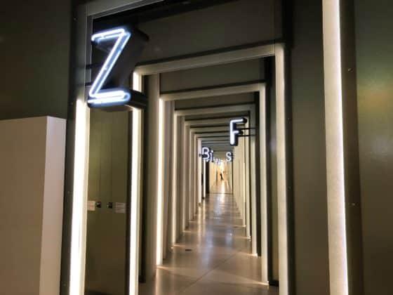 Buchstaben leiten durch die Ausstellung der Grimmwelt