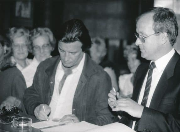 Pierre Brice zusammen mit Hotel-Direktor Kühn