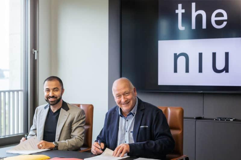Unterzeichnung des Mietvertrags the niu Quay Harburg mit David Etmenan & Ingo Mönke