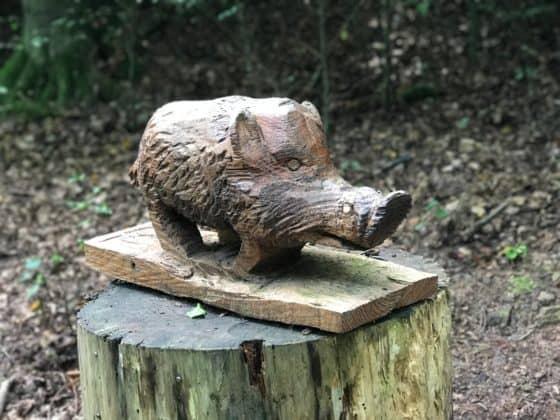 Holzfigur Hinweistafel Eichhörnchen-Pfad