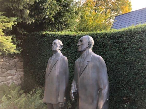 Standbild Adenauer im rückwärtigen Gartenbereich
