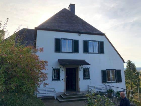 Außenansicht und Eingang in Haus
