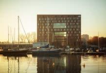 the niu zieht's nach Amsterdam: the niu Fender in exponierter Wasserlage
