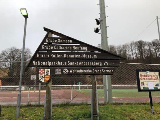 Hinweistafel auf Grube und Museum vor dem Gelände