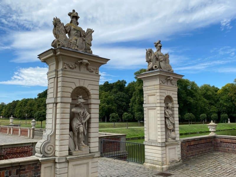 Säulen zieren die Zugänge zum Schloss