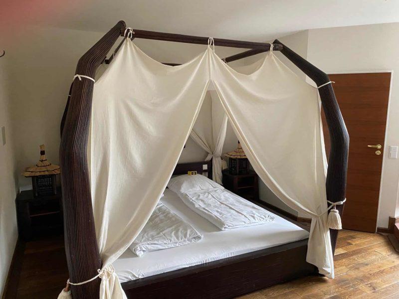 Bett in der Dschungel-Lounge im Hotel Beverland