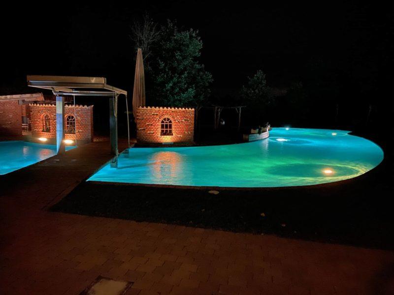 Außen-Pool der Event-Location bei Nacht