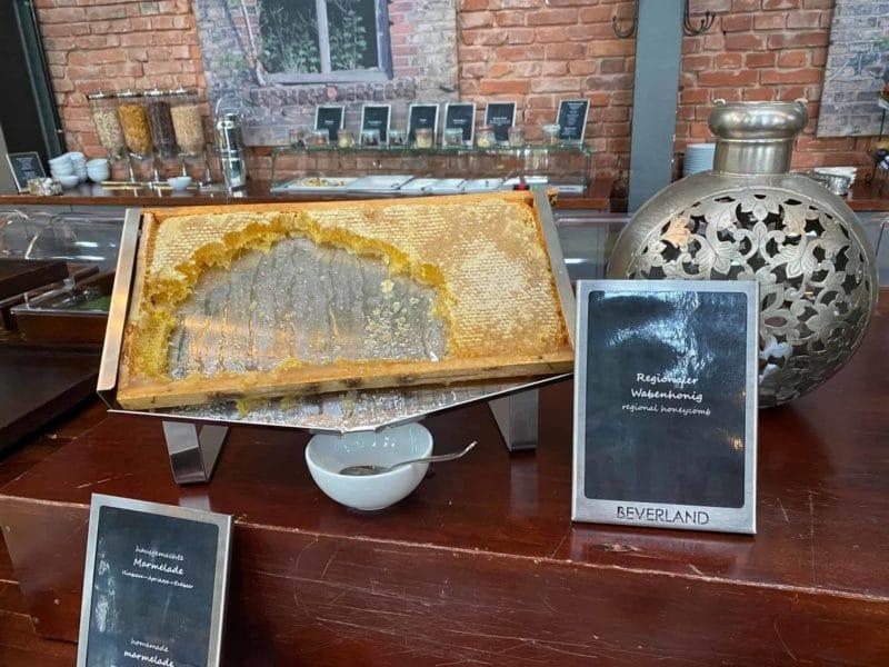 Honig in der Wabe aus hoteleigener Produktion