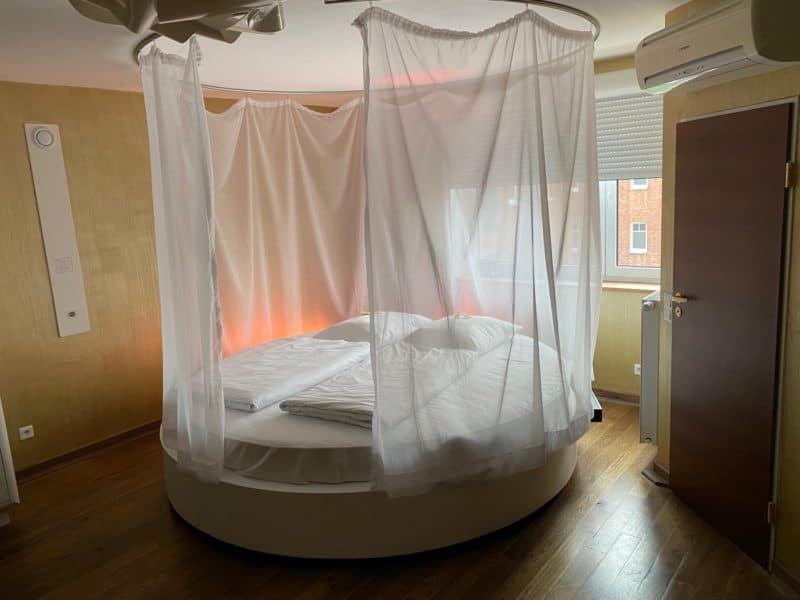 Beleuchtetes Rund-Bett im James-Bond-Zimmer