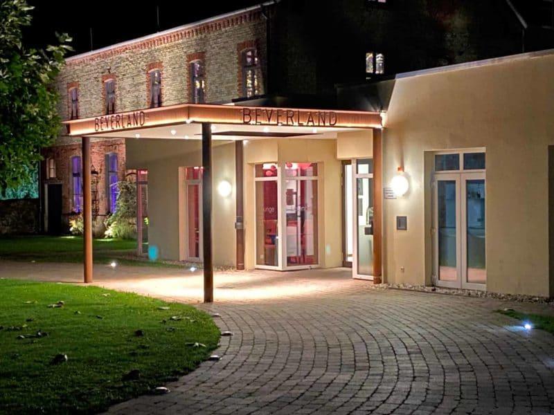Eingang Landhotel Beverland bei Nacht