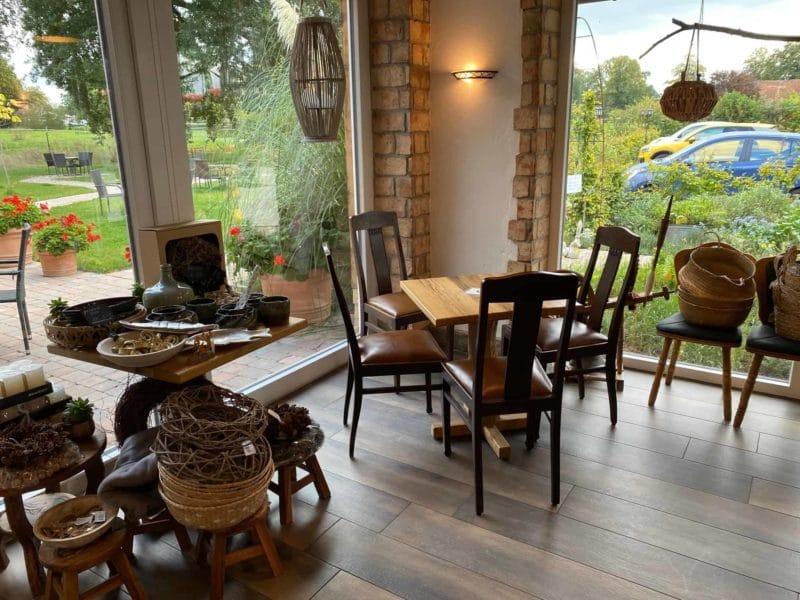 Kleines Café mit 20 Sitzplätzen mit Blick auf den Hof