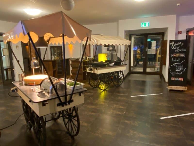 Hochzeits-Buffet-Installation im Foyer Landhotel Beverland