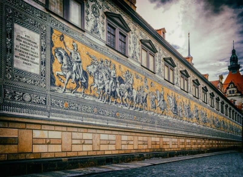 Der Fürstenzug in Dresden ist ein überlebensgroßes Bild eines Reiterzuges