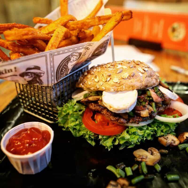 Leckere und hausgemachte Burger mit Fritten, auf Wunsch auch laktosefrei Bildquelle: Leo's Juice & Burger