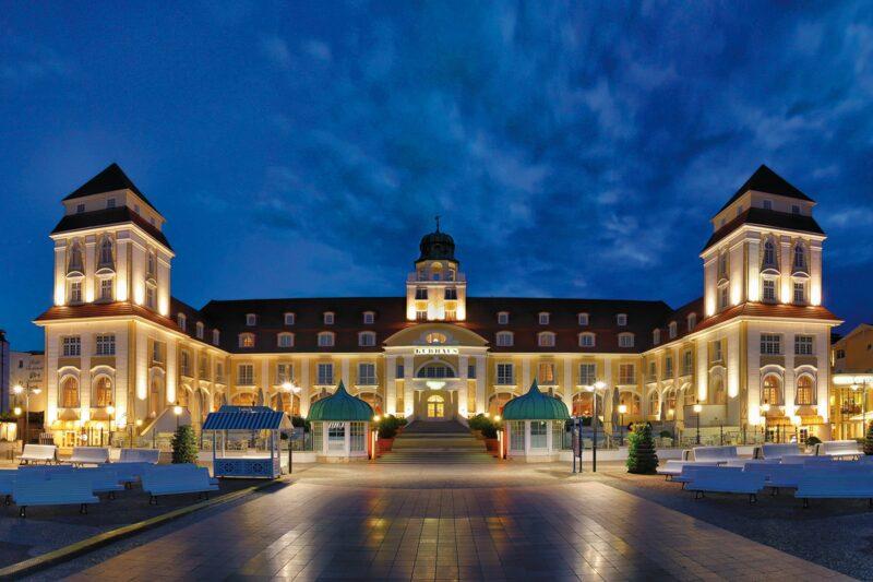 Hotelfront des Kurhauses bei Nacht