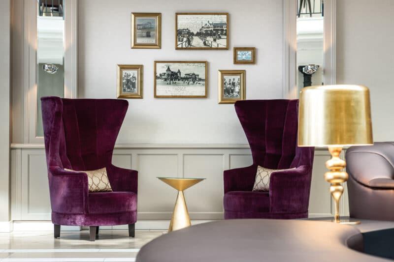 travel charme kurhaus binz atrium erdgeschoss sessel (c)travel charme hotels & resorts
