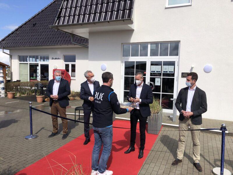 Von links nach rechts: Artur Gerber (Geschäftsführer TUI Blue), Gabor Hnizdo (Hoteldirektor TUI Blue Sylt), Bürgermeister Nikolas Häckel, Jano Martin (Geschäftsführer TUI Blue)