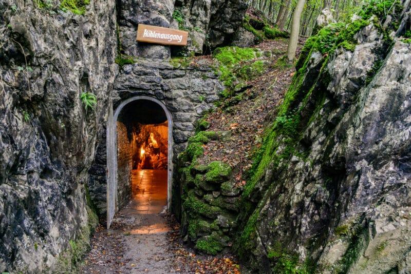 höhlenausgang bilsteinhöhle sauerland warstein tropfsteinhöhle beleuchtung wald deutschland natur speläologie park kalkstein tor tür licht beleuchtung unterwelt cave germany natural reserve