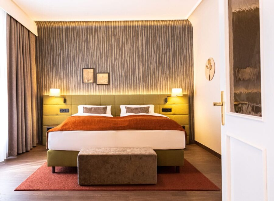 Hochwertige Stoffe in gemütlichen Farben, moderne Muster und historische Akzente machen den gelungenen Stilmix in den renovierten Zimmern des Hotel Essener Hof aus.